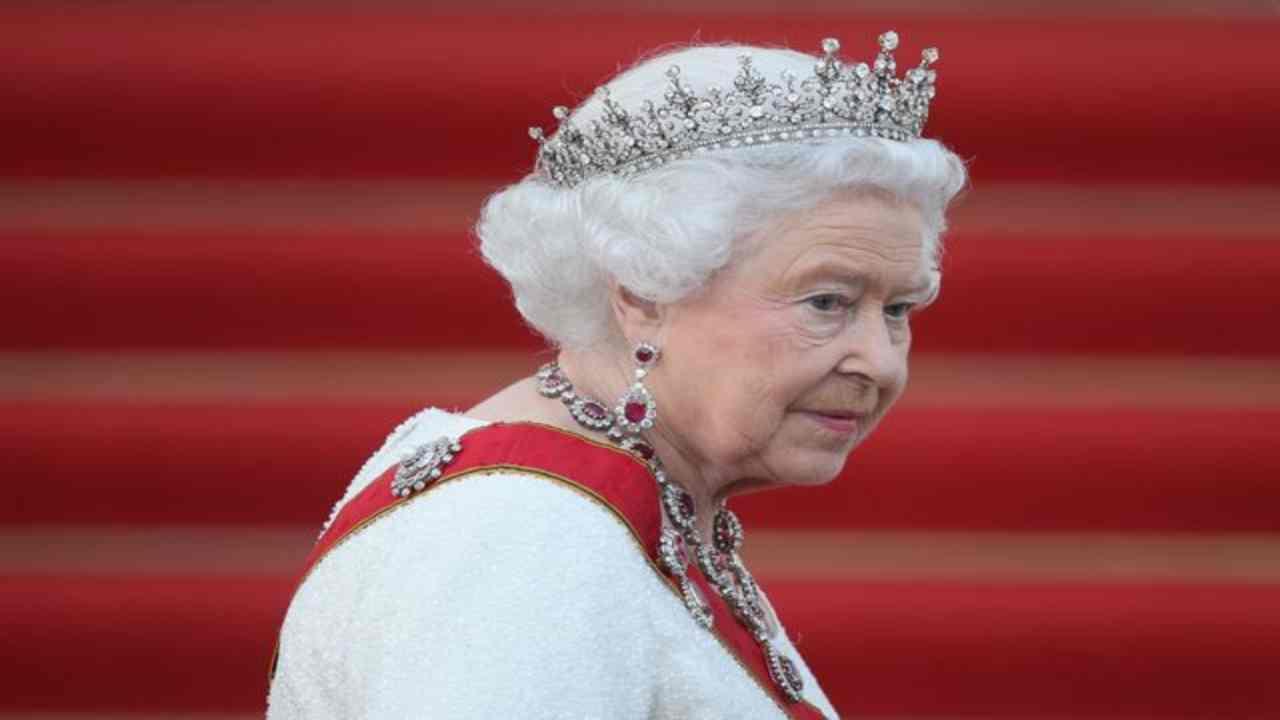 regina-elisabetta-disturbo-political24