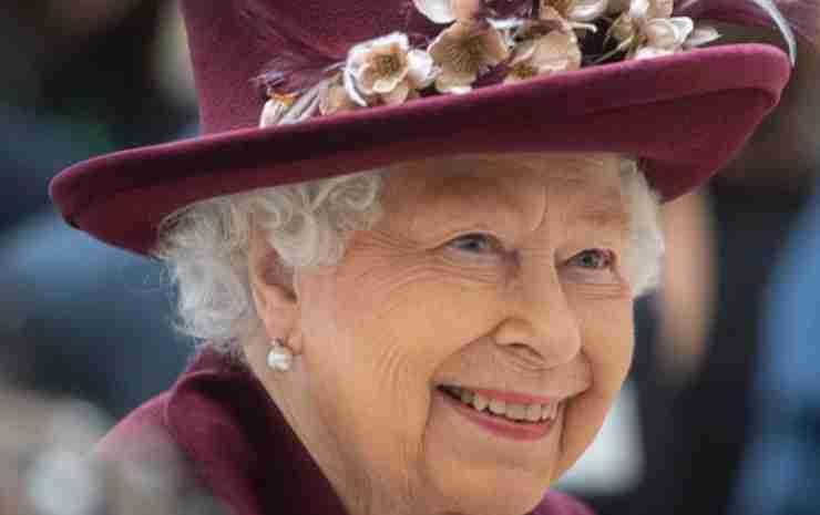 Regina Elisabetta valigia - Political24